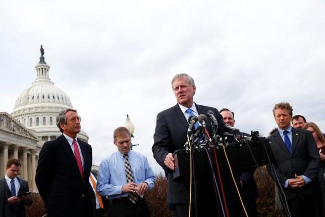 3月22日、トランプ米政権と共和党幹部は、米医療保険制度改革(オバマケア)改廃法案の23日採決に向けた話し合いを続け、法案の修正を求めていた党保守派の支持取り付けに向け前進していることを明らかにした。写真中央は「ハウス・フリーダム・コーカス」を率いるメドウズ議員。7日、米連邦議事会議事堂での記者会見で撮影(2017年 ロイター/Eric Thayer)