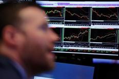 Трейдеры на торгах Нью-Йоркской фондовой биржи 22 марта 2017 года. Уолл-стрит завершила торги среды разнонаправленно после волатильной сессии, в то время как инвесторы сфокусировались на попытках президента Дональда Трампа добиться принятия законопроекта о реформе здравоохранения и начали скупать акции после резкого снижения накануне. REUTERS/Lucas Jackson