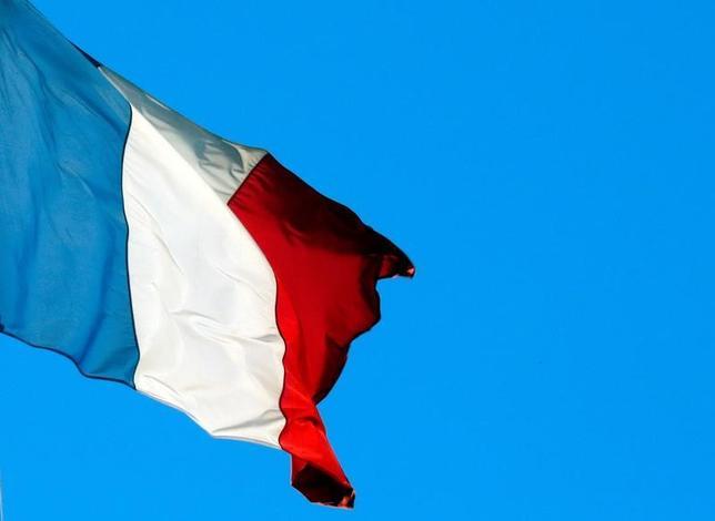3月23日、調査会社ハリス・インタラクティブが公表したフランス大統領選に関する最新世論調査によると、4月23日に実施される第1回投票の得票率は、中道系独立候補のマクロン前経済相が26%と、極右政党・国民戦線(FN)のルペン党首の25%を上回った。写真はパリで昨年11月撮影(2017年 ロイター/Philippe Wojazer)