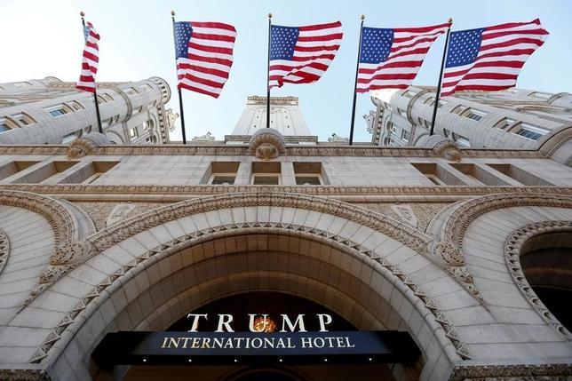 3月23日、米首都ワシントンのホワイトハウス近くにある高級ホテル「トランプ・インターナショナル・ホテル」(写真)について、米連邦政府の保有不動産を管理する一般調達局(GSA)は、利益相反を禁じた連邦法に違反していないとの見方を示した。昨年9月オープン当日の写真(2017年 ロイター/Kevin Lamarque)