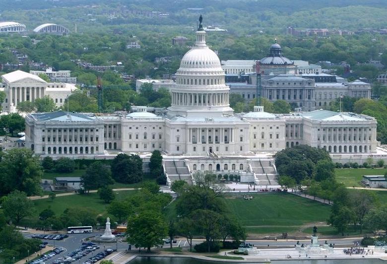 资料图片:2004年4月,美国国会大厦。REUTERS/Larry Downing