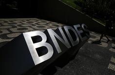 Logo do Banco Nacional de Desenvolvimento Econômico e Social (BNDES) na entrada de sua sede no Rio de Janeiro, no Brasil 11/01/2017 REUTERS/Nacho Doce