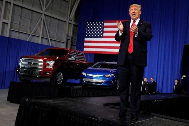 3月23日、トランプ米大統領(写真)は先週、オバマ前大統領時代に決まった自動車の燃費基準を見直すと表明したが、輸出に厳しい基準を求められる自動車メーカーの状況などを踏まえると、見直しによる影響は基準達成を数年遅らせる程度にとどまりそうだ。 ミシガン州にある自動運転車技術の試験施設で15日撮影(2017年 ロイター/Jonathan Ernst)