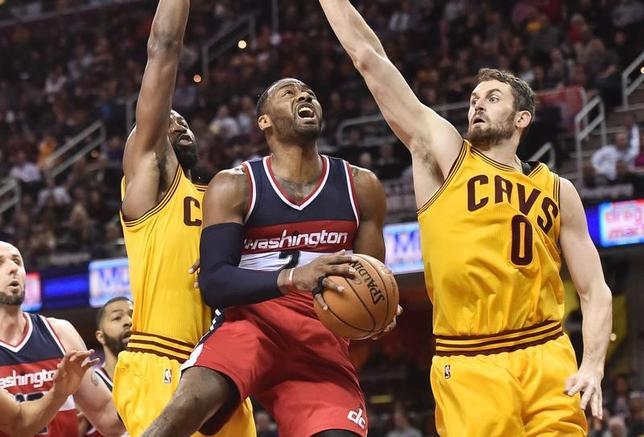 3月25日、NBAのウィザーズはキャバリアーズに127─115で勝利を収めた。司令塔ジョン・ウォール(中央)が37得点、11アシストの活躍(2017年 ロイター/Ken Blaze-USA TODAY Sports)