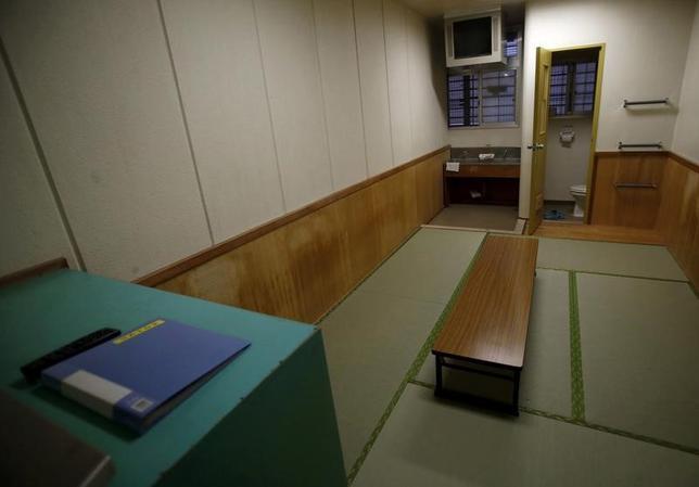 3月26日、複数の関係者が明らかにしたところによると、法務省入国管理局の東日本入国管理センター(茨城県牛久市)で、25日に40代のベトナム人男性が死亡した。写真は牛久市の東日本入国管理センターの収容者が暮らす共用の部屋。2015年3月撮影(2017年 ロイター/Yuya Shino/File Photo)