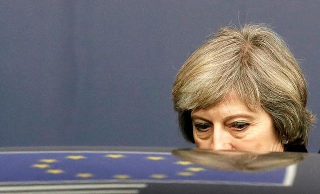 3月26日、メイ英首相は、30日にも英国の法律による主導権の復活に向けた詳細な政策文書を公表する。写真は昨年12月、ベルギー・ブリュッセルで行われたEUサミットを後にするメイ英首相(2017年 ロイター/Yves Herman)