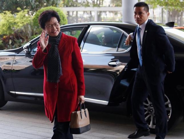 3月27日、香港の次期行政長官に中国が支持する林鄭月娥(キャリー・ラム)氏(写真左)が当選したことを受け、警察当局が、選挙制度の民主化を求めた2014年の大規模デモ「雨傘運動」を組織したり率いたりしたリーダーのうち、少なくとも9人を起訴する意向であることが分かった。香港で撮影(2017年 ロイター/Bobby Yip)