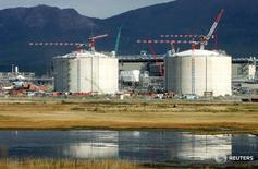 Вид на строения проекта Сахалин-2 в Пригородном 13 октября 2006 года. Оператор проекта Сахалин-2 приостановил производство сжиженного природного газа на заводе в Пригородном из-за утечки газа на добывающей платформе Лунская-А в Охотском море, сообщила Рейтер пресс-служба Sakhalin Energy. REUTERS/Sergei Karpukhin