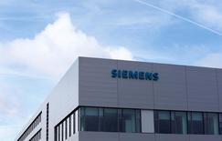 Le groupe industriel allemand Siemens a déclaré lundi être engagé sur le long terme en Grande-Bretagne, qui déclenchera officiellement mercredi le processus du Brexit. /Photo d'archives/REUTERS/Michaela Rehle