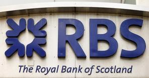 Логотип Royal Bank of Scotland на здании, в котором расположен офис банка. Цюрих, 27 марта 2015 года. Royal Bank of Scotland сообщил в понедельник, что Управление по финансовому регулированию и надзору Великобритании (FCA) и другие регуляторы запросили информацию относительно предполагаемого участия кредитора в глобальной схеме отмывания денег. REUTERS/Arnd Wiegmann/File Photo