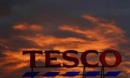 Deux des principaux actionnaires de Tesco, la première chaîne de supermarchés britannique, veulent qu'elle renonce à son offre amicale de 3,7 milliards de livres (4,35 milliards d'euros) sur le grossiste Booker. /Photo d'archives/REUTERS/Phil Noble