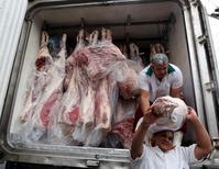 Trabalhadores descarregam carne de caminhão, em São Paulo 03/06/2015 REUTERS/Paulo Whitaker