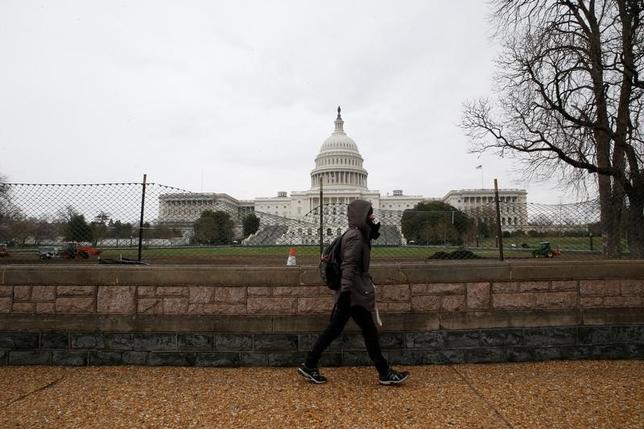 3月27日、米下院歳入委員会のブラディ委員長によると、下院は、税制改革の一環としてオバマケアに関連した税の撤廃を求めない方針。米議会、24日撮影(2017年 ロイター/Jim Bourg)