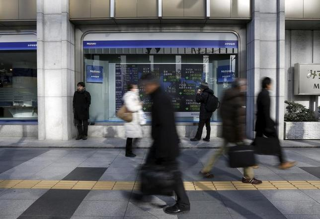 3月28日、前場の東京株式市場で、日経平均株価は前営業日比203円80銭高の1万9189円39銭となり大幅反発した。写真は都内にある証券会社の株価ボード前で昨年2月撮影(2017年 ロイター/Yuya Shino)