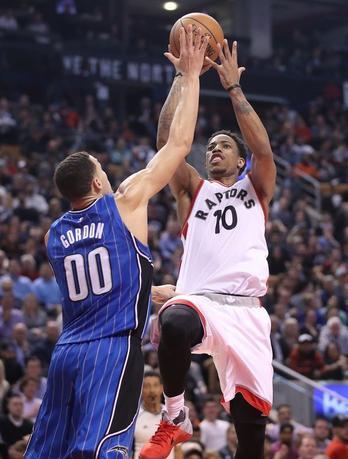 3月27日、NBAのラプターズはマジックに131─112で快勝。デマー・デローザン(右)が36得点と活躍した(2017年 ロイター/Tom Szczerbowski-USA TODAY Sports)