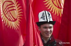 Мужчина в традиционном киргизском головном уборе в Бишкеке 4 марта 2013 года. Национальный банк Киргизии (НБКР) сохранил учетную ставку на уровне 5,00 процента, сообщил Нацбанк во вторник. REUTERS/Shamil Zhumatov .