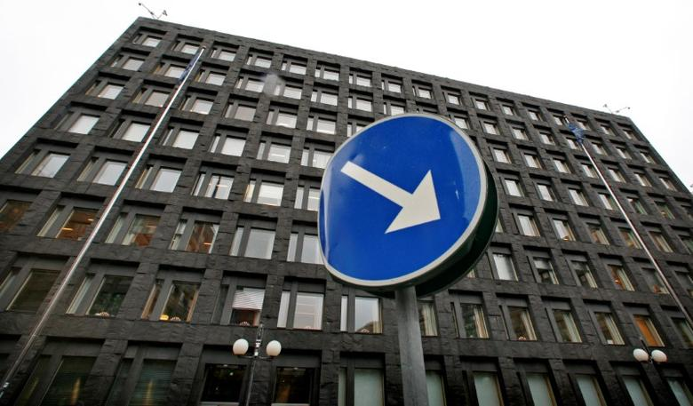 FILE PHOTO:Sweden's Riksbank building is seen in downtown Stockholm December 4, 2008.   REUTERS/Bob Strong/File Photo
