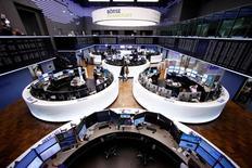 Les principales Bourses européennes ont terminé mardi dans le vert, la déception liée à l'échec de Donald Trump au Congrès vendredi sur l'Obamacare cédant la place à un appétit retrouvé pour le risque. À Paris, l'indice CAC 40 a gagné 28,77 points (0,57%) à 5.046,20 points. À Francfort, le Dax a pris 1,28%, emmené par Commerzbank (+3,31%) et Deutsche Bank (+2,9%), tandis qu'à Londres, le FTSE avançait de 0,68%. /Photo prise le 1er mars 2017/REUTERS/Ralph Orlowski