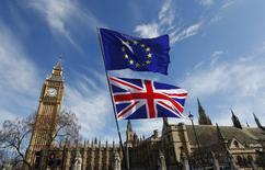 Les banques implantées en Grande-Bretagne se préparent avec prudence à la perspective du Brexit, élaborant des plans d'urgence en deux temps, pour éviter de perdre des collaborateurs en les inquiétant inutilement sur l'éventualité de relocalisations massives d'emplois ailleurs en Europe. /Photo prise le 25 mars 2017/REUTERS/Peter Nicholls