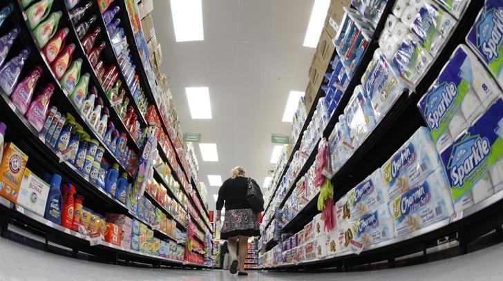 资料图片:2011年9月,美国芝加哥一家沃尔玛门店,一名顾客推购物车经过一条通道。REUTERS/Jim Young