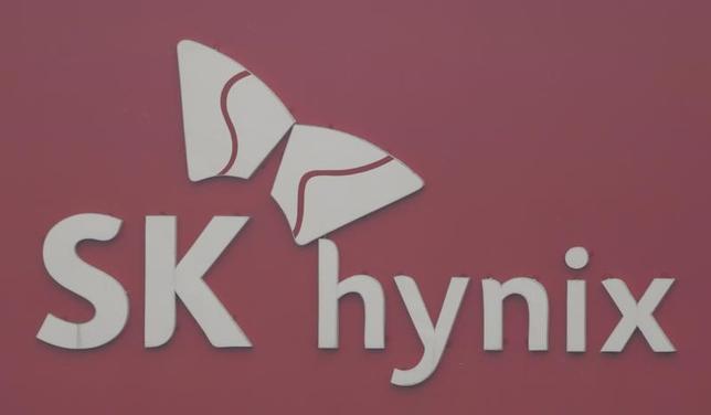 3月29日、韓国経済新聞によると、韓国のSKハイニックスは、東芝の半導体メモリー事業売却に向けた入札に参加するため、日本の投資家とコンソーシアム(企業連合)を組むための協議を行っている。写真のSKハイニックス社ロゴは、韓国ソウルから南東に50キロほどの距離にある利川市のSKハイニックス工場で、2013年1月撮影(2017年 ロイター/Lee Jae-Won)