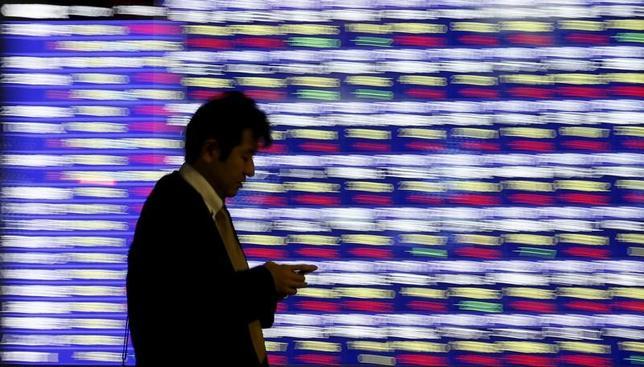 3月29日、東京株式市場で日経平均は続伸した。市場推計の3月期末の配当落ち分約134円を埋める動きとなり、底堅い展開。米株高や円高一服が追い風となった。写真は都内で2015年12月撮影(2017年 ロイター/Toru Hanai)