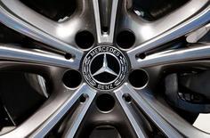 Диск колеса автомобиля марки Mercedes-Benz на автошоу в Женеве 8 марта 2017 года. Немецкий автомобильный концерн Daimler сообщил в среду, что ожидает в первом квартале текущего года рекордного объема продаж в подразделении Mercedes-Benz Cars. REUTERS/Arnd Wiegmann