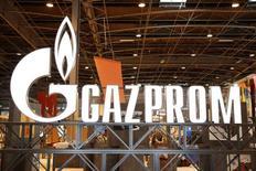 """Логотип Газпрома на Всемирной газовой конференции в Париже 2 июня 2015 года. Представитель Газпрома в Германии сказал в среду, что Gazprom Germania, базирующаяся в Берлине """"дочка"""" российского газового концерна, сократит несколько сотрудников, подтвердив сообщение немецкой газеты Handelsblatt. REUTERS/Benoit Tessier"""