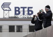 """Логотип ВТБ в Ставрополе 22 января 2015 года. Российский госбанк ВТБ готовится подавать документы в Нацбанк Украины для одобрения продажи своей """"дочки"""" БМ Банка, сделка может быть закрыта не ранее мая-июня, сказал в среду журналистам первый зампред правления ВТБ Юрий Соловьев. REUTERS/Eduard Korniyenko"""