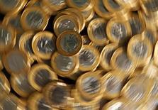 Moedas de 1 real. 15/10/2010 REUTERS/Bruno Domingos  (BRAZIL - Tags: BUSINESS)