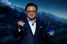 Koh Dong-jin, directeur de Samsung Mobile (photo). Samsung Electronics a dévoilé mercredi son nouveau combiné vedette, le Galaxy 8, avec lequel il espère reprendre à Apple la place de numéro un mondial des smartphones après le fiasco industriel du Note 7. /Photo prise le 29 mars 2017/REUTERS/Brendan McDermid