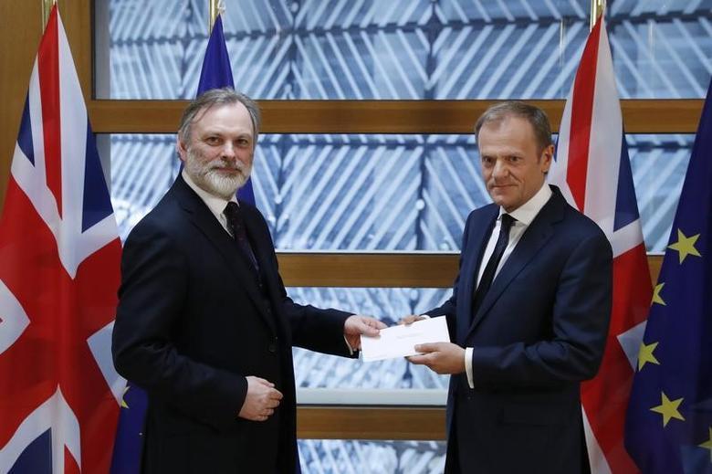 2017年3月29日,布鲁塞尔,英国常驻欧盟代表Tim Barrow亲手将英国首相特雷莎·梅签署的退欧信函交给欧洲理事会主席图斯克。REUTERS/Yves Herman