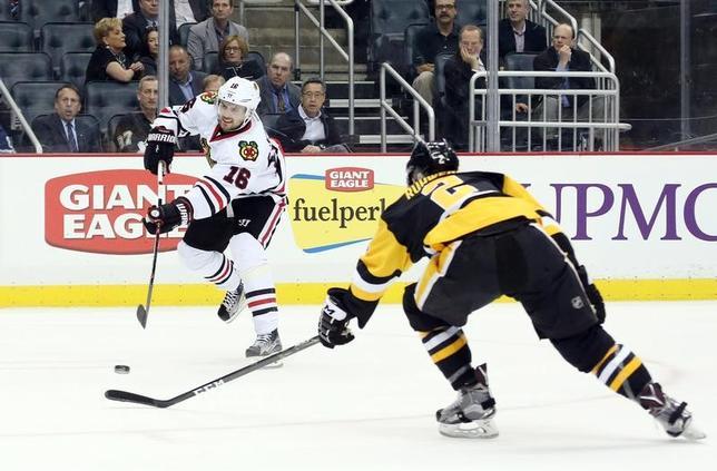 3月29日、国際オリンピック委員会は、2018年平昌五輪のアイスホッケー競技について、NHLに所属する選手の出場コストを国際アイスホッケー連盟が負担することに合意したと述べた。写真はNHLブラックホークス─ペンギンズの試合のもよう(2017年 ロイター/Charles LeClaire-USA TODAY Sports)