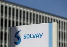 Solvay, qui est à suivre jeudi à la Bourse de Bruxelles, a annoncé jeudi la vente de son activité de composés de polyoléfines, qui a réalisé en 2016 un chiffre d'affaires de 82 millions d'euros. /Photo d'archives/REUTERS/François Lenoir