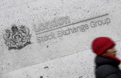 Женщина проходит мимо здания Лондонской фондовой биржи 16 января 2017 года. Акции Европы малоподвижны в начале торгов четверга, в то время как инвесторы оценивают последствия официального начала процесса выхода Великобритании из Евросоюза. REUTERS/Toby Melville