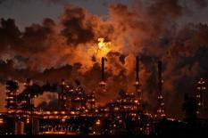 НПЗ Petro-Canada в Эдмонтоне. 15 февраля 2009 года. Цены на нефть немного выросли на вечерних торгах в четверг, после того как министр нефти Кувейта высказался за продление пакта ОПЕК+. REUTERS/Dan Riedlhuber/File Photo