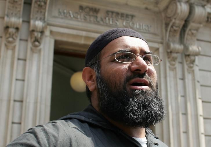 Anjem Choudary, the leader of the dissolved militant group al-Muhajiroun, arrives at Bow Street Magistrates Court in London July 4, 2006.   REUTERS/Stephen Hird/Files