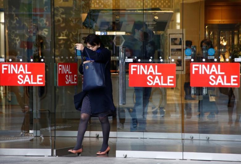 2017年1月23日,日本东京,一名女子走出商场。REUTERS/Kim Kyung-Hoon