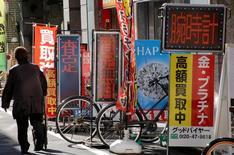 L'inflation de base a progressé de 0,2% sur un an en février au Japon, montrent les données publiées vendredi par le gouvernement, ce qui est à la fois le rythme le plus élevé depuis près de deux ans mais aussi un niveau toujours nettement inférieur à l'objectif de 2% de la Banque du Japon (BoJ). /Photo prise le 10 janvier 2017/REUTERS/Toru Hanai
