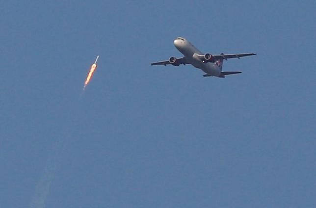 3月30日、米民間宇宙企業スペースXは、再利用ロケット「ファルコン9」の打ち上げに成功した。写真はオーランドで撮影(2017年 ロイター/Gregg Newton)