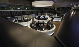 Помещение фондовой биржи во Франкфурте-на-Майне. 14 октября 2016 года. Европейские фондовые рынки начали торги пятницы снижением под давлением горнорудного сектора и акций страховой компании Old Mutual, однако готовятся завершить квартал в плюсе. REUTERS/Kai Pfaffenbach