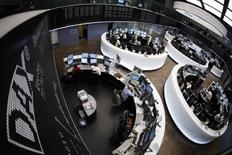 Les principales Bourses européennes ont terminé vendredi en ordre dispersé un trimestre très favorable aux actions. A Paris, l'indice CAC 40 a pris 32,87 points (0,65%) à 5.122,51 points et à Francfort, le Dax a gagné 0,46%. A Londres, le FTSE a reculé de 0,63%. /Photo d'archives/REUTERS/Alex Domanski