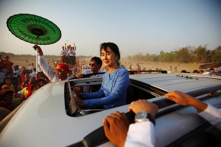 Myanmar pro-democracy leader Aung San Suu Kyi returns after giving a speech to her supporters during the election campaign at Kawhmu Township March 22, 2012. REUTERS/Staff/Files