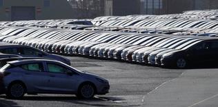 Les immatriculations de voitures neuves en France ont progressé de 7,0% en mars en données brutes par rapport au même mois de 2016. /Photo prise le 6 mars 2017/REUTERS/Phil Noble