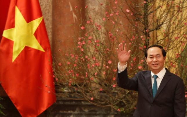 4月1日、トランプ米大統領が、ベトナムのチャン・ダイ・クアン国家主席(写真)に書簡を送り、「経済や貿易、地域や国際的な問題において両国の関係を強化する意向」を示していたことがわかった。ベトナム政府がウェブサイトで明らかにした。写真はメディアに対し手を振るベトナムの同国家主席。ハノイで1月撮影(2017年 ロイター/Nguyen Huy Kham)