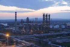 Вид на НПЗ компании MOL в венгерском городе Сазхаломбатта. 22 марта 2016 года. Цены на нефть стабильны утром в понедельник: рост буровой активности в США и укрепление доллара сдерживают ралли. REUTERS/Laszlo Balogh