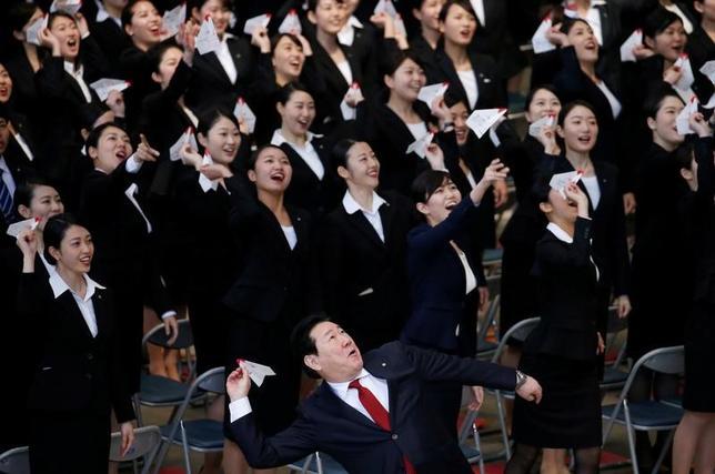 4月3日、日本航空は、羽田空港の格納庫で入社式を開いた。写真は新入社員らが紙飛行機を飛ばす様子。都内で撮影(2017年 ロイター/Toru Hanai)