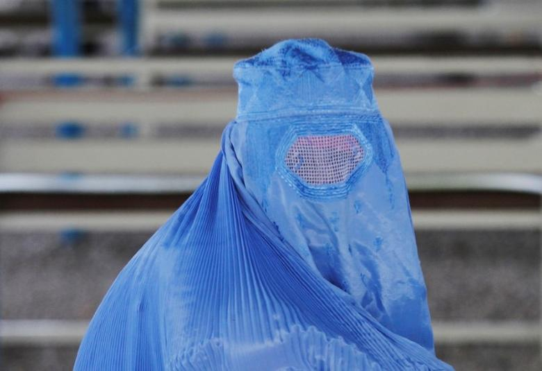 An Afghan refugee woman waits to be repatriated to Afghanistan, at the United Nations High Commissioner for Refugees (UNHCR) office on the outskirts of Peshawar, Pakistan April 3, 2017 . REUTERS/Fayaz Aziz
