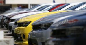 Les ventes de voitures neuves sont ressorties inférieures aux attentes en mars aux Etats-Unis, avec notamment un décrochage sensible pour Ford, faisant reculer l'ensemble du secteur à Wall Street. /Photo d'archives/REUTERS/Mario Anzuoni
