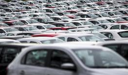 Carros novos estacionados no pátio da montadora alemã Volkswagen em Taubaté, perto de São Paulo 30/03/2015 REUTERS/Roosevelt Cassio